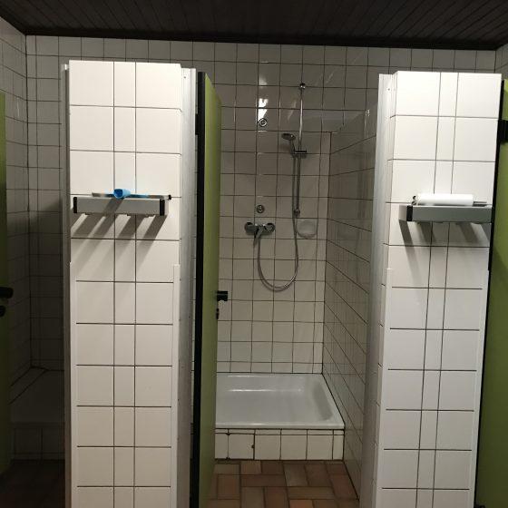 Drei Duschen je Geschlecht.