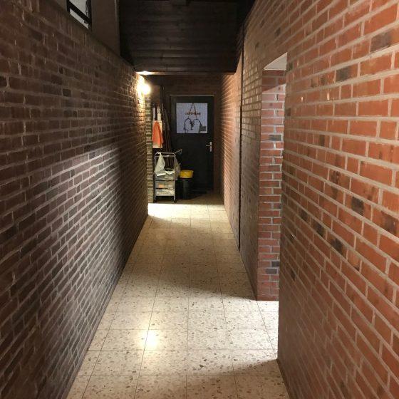 Der Flur der Aufenthaltsräume mit Sanitäranlagen verbindet.