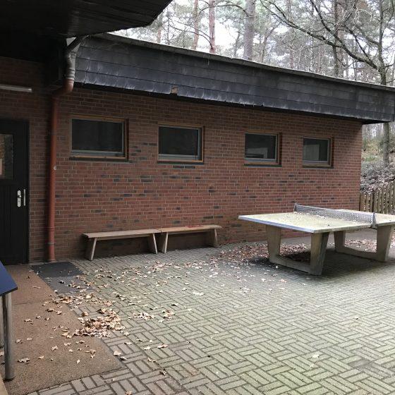 Die Tischtennisplatte hinter dem Haus.