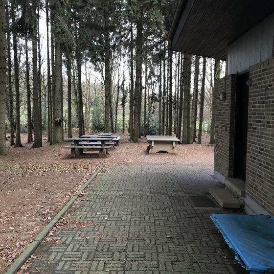 Rechts der Eingang zu den Sanitäranlagen, geradeaus die zweite Tischtennisplatte.